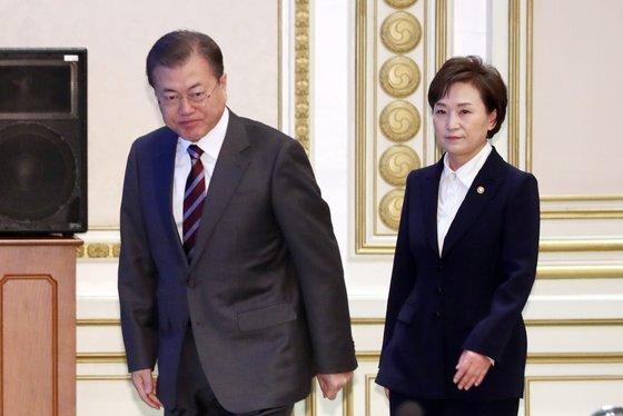 문재인 대통령은 2일 오후 청와대에서 김현미 국토교통부 장관으로부터 주택시장 동향 및 대응 방안에 대해 긴급 보고를 받은 뒤