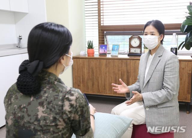 [서울=뉴시스]국방부조사본부는 9일 군내 성폭력범죄 피해자들을 위한 '도란도란 쉼터'를 개소했다고 밝혔다. 사진은 성폭력/인권침해수사대장(중령 노현주)이 쉼터에서 면담을 하는 모습. (사진=국방부 제공) 2020.07.09. photo@newsis.com