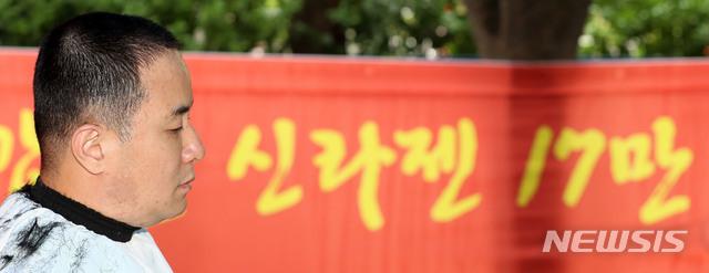 [서울=뉴시스] 박주성 기자 = 이성호 신라젠행동주의주주모임 대표가 10일 오후 서울 영등포구 한국거래소 앞에서 신라젠 주권 회복 및 거래재개 촉구 집회에서 삭발식을 하고 있다. 2020.07.10. park7691@newsis.com