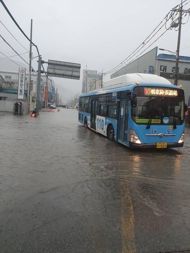 많은 비에 침수된 사상구 학장동 도로 [부산경찰청 제공. 재판매 및 DB 금지]