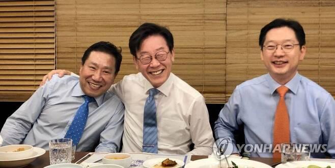 2019년 10월 29일 당시 양정철 민주연구원장(왼쪽부터), 이재명 경기지사와 김경수 경남지사가 경기도 수원에서 만나 저녁 식사를 함께 하고 있다.[재판매 및 DB 금지]