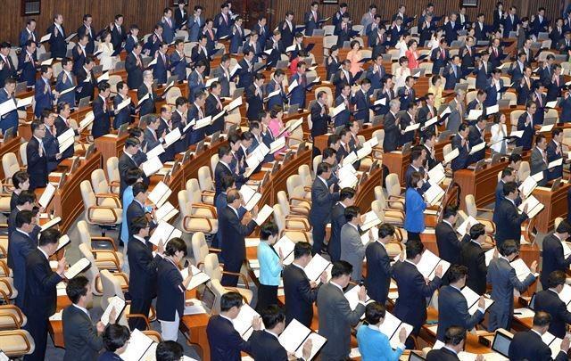 2016년 6월13일 서울 여의도 국회의사당에서 열린 20대 국회 개원식에서 총선에 당선된 국회의원들이 '의원선서'를 하고 있다. 오대근 기자
