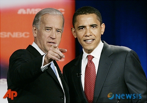 【오랜지버그(미 사우스캐롤라이나주)=AP/뉴시스】2007년 버락 오바마 전 미국 대통령(오른쪽)과 조 바이든 전 부통령의 모습.