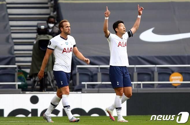 토트넘의 손흥민(오른쪽)이 13일(한국시간) 영국 런던의 토트넘 훗스퍼 스타디움에서 열린 아스널과의 2019-20 잉글랜드 프리미어리그 35라운드에서 득점 후 세리머니를 하고 있다. © AFP=뉴스1
