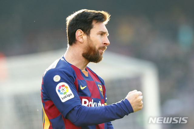 [바르셀로나=AP/뉴시스]리오넬 메시(바르셀로나)가 22일(현지시간) 스페인 바르셀로나 캄노우에서 열린 2019-2020시즌 스페인 프로축구 프리메라리가 25라운드 에이바르와 경기에서 선제골을 넣고 기뻐하고 있다. 메시는 통산 36번째 해트트릭을 기록하며 4골을 몰아넣는 '원맨쇼'를 펼쳐 바르셀로나의 5-0 승리를 이끌었다. 2020.02.23.