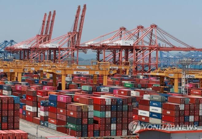 올해 5월 부산신항에 쌓인 컨테이너 [연합뉴스 자료사진]