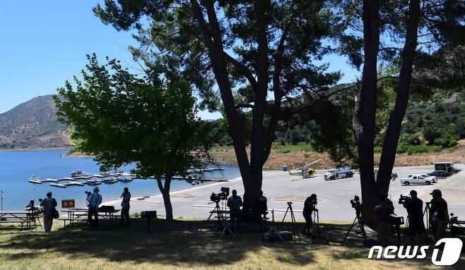 13일(현지시간) 나야 리베라로 추정되는 시신이 발견된 캘리포니아주 소재 피루 호수에 몰려있는 사람들. © AFP=뉴스1