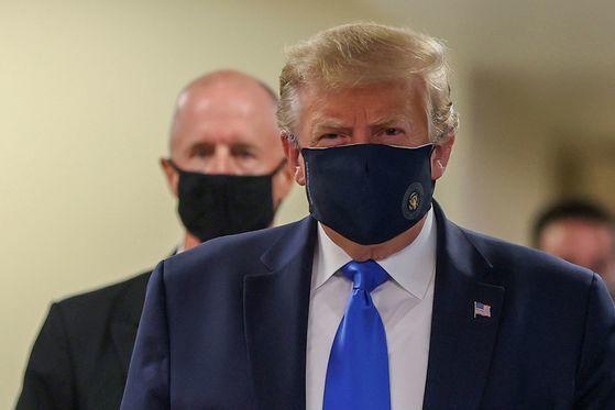 도널드 트럼프 미국 대통령은 11일(현지시간) 처음으로 마스크를 착용한 채 공식 일정을 소화했다. [로이터=연합뉴스]