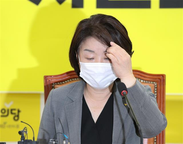 상념 - 박 전 시장의 조문을 두고 당내 진통을 겪고 있는 정의당의 심상정 대표가 이날 상무위원회의에 참석해 앞머리를 매만지고 있다.뉴스1