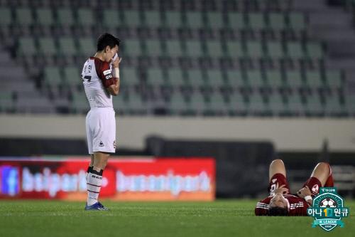 지난 10일 열린 부산-서울전에서 서울 고광민(왼쪽)이 패배 후 아쉬워하고 있다. 제공 | 한국프로축구연맹