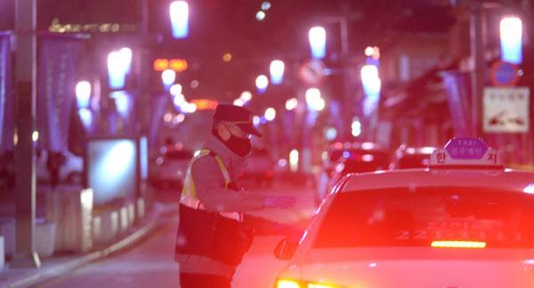 지난 3월 30일 오후 6시 12분쯤 전북 전주시 한옥마을의 한 상점에 폭발물이 설치됐다는 신고가 들어오자 경찰 관계자들이 현장을 수색하고 있다./뉴시스