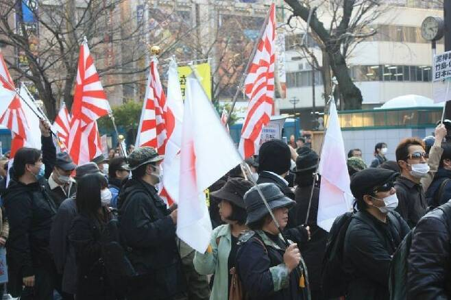 도쿄 번화가 행진하는 혐한단체 회원들. (사진=연합뉴스/자료사진)