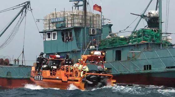 태안해경 중국어선 단속. 중앙포토