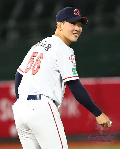 롯데 신인 최준용이 지난 15일 사직 LG전에서 프로 첫 등판을 소화했다. | 롯데 자이언츠 제공