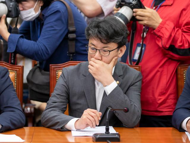 진성준 더불어민주당 의원이 13일 오전 국회에서 열린 최고위원회의에 참석해 있다. 연합뉴스