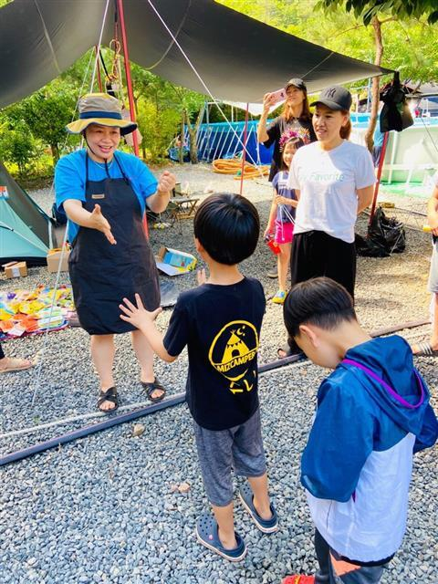 충북 제천의 한 캠핑장에서 열린 네이버 카페 '미즈캠퍼'의 7월 첫째주 정기모임에서 카페 운영자인 이찬실(왼쪽)씨가 캠프에 참가한 아이와 가위바위보 놀이를 하고 있다.이찬실씨 제공
