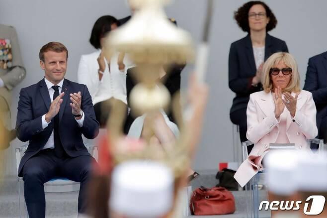 (파리 AFP=뉴스1) 에마뉘엘 마크롱 프랑스 대통령과 부인 브리지트 여사.  ⓒ AFP=뉴스1