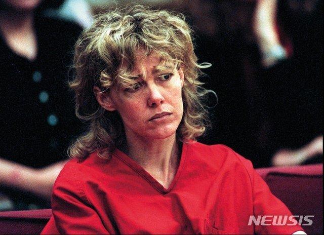 [시애틀=AP/뉴시스] 1998년 2월6일(현지시간) 10대 제자 빌리 푸알라우를 성폭행한 혐의로 기소된 미국 워싱턴주 시애틀의 교사 메리 케이 르투어노가 재판에 출석한 모습. 2005년 푸알라우와 결혼한 르투어노는 6일 58세로 자택에서 숨졌다. 둘은 지난해 이혼했다. 2020.07.08.