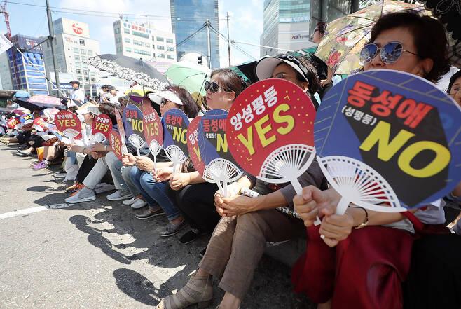 ⓒ연합뉴스제2회 인천 퀴어문화축제가 열린 부평역에서 종교단체 회원들이 반대 집회를 열고 있다.