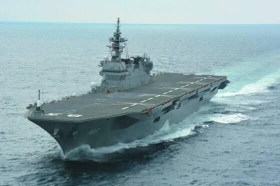 일본 해상자위대의 헬기 구축함인 이즈모함은 F-35B 수직이착륙 스텔스 전투기를 탑재할 수 있도록 개조할 예정이다. 사실상 경항모급의 역할을 할 것이다. [일본 해상자위대 제공]