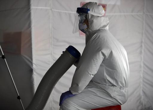 지난 17일 광주 북구보건소 효죽공영주차장에 마련된 신종 코로나바이러스 감염증(코로나19) 선별진료소에서 의료진이 잠시 휴식을 취하고 있다. 광주 북구 제공