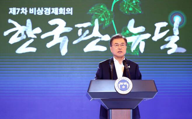 '한국판 뉴딜 국민보고대회' 설명하는 문 대통령(사진=연합뉴스)