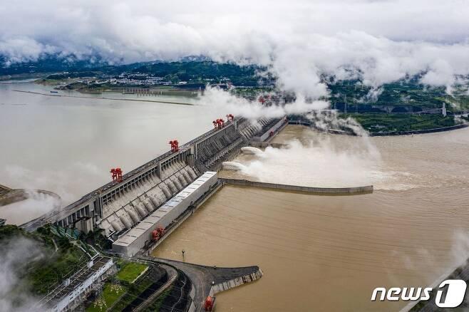 중국 후베이성 이창에 있는 양쯔강의 거대 수력발전 프로젝트인 삼협댐에서 홍수로 물을 대량으로 방류하고 있다. © AFP=뉴스1 © News1 윤다혜 기자