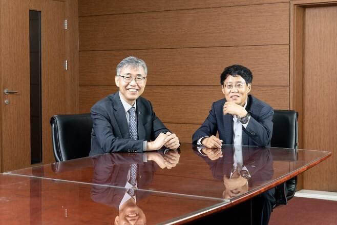 김성수 과학기술정보통신부 과학기술혁신본부장(왼쪽)과 박재근 한양대 교수가 9일 경기 성남 한국과학기술한림원 회의실에서 '소부장' 1년을 평가하고 앞으로의 개선 방향을 논의하는 대담에 나섰다. 한국과학기술한림원 제공