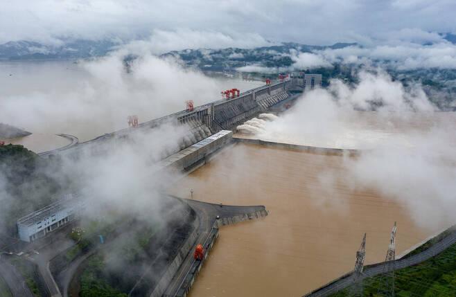 지난 18일 중국 후베이성 싼샤댐이 일부 수문을 열어 물을 방류하고 있다. 후베이성/신화 연합뉴스