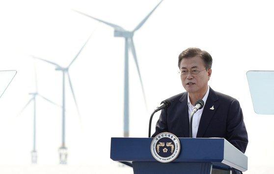 문재인 대통령이 17일 전북 부안군에 위치한 서남권 해상풍력 실증단지에서 열린 '한국판 뉴딜, 그린 에너지 현장 - 바람이 분다' 행사에서 인사말을 하고 있다. 사진 청와대 제공