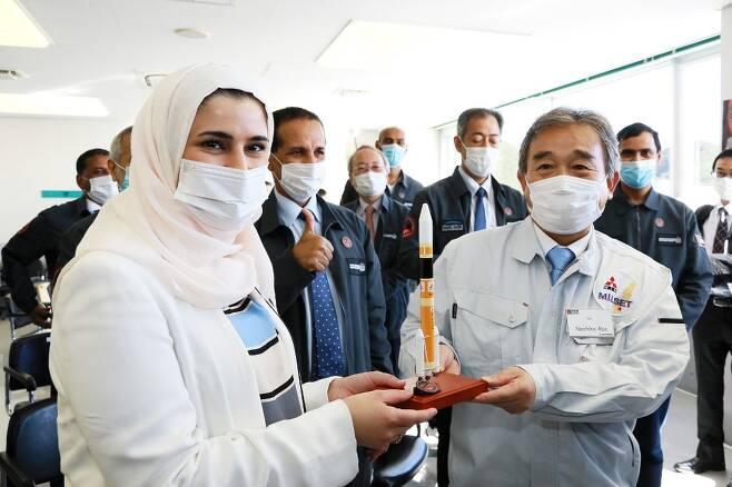 일본을 방문한 사라 알 아미리 아랍에미리트(UAE) 첨단과학기술부장관(앞줄 왼쪽)/사진=AFP