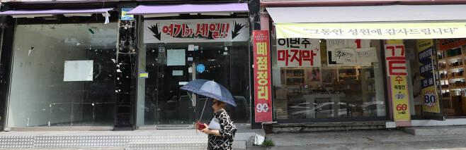17일 서울 시내 한 건물에 폐업 안내문이 붙어 있다. 통계청에 따르면 올해 상반기 자영업자가 14만명 가까이 줄었다. 이는 글로벌 금융위기 이후 11년 만에 가장 큰 감소 폭이다. [연합뉴스]