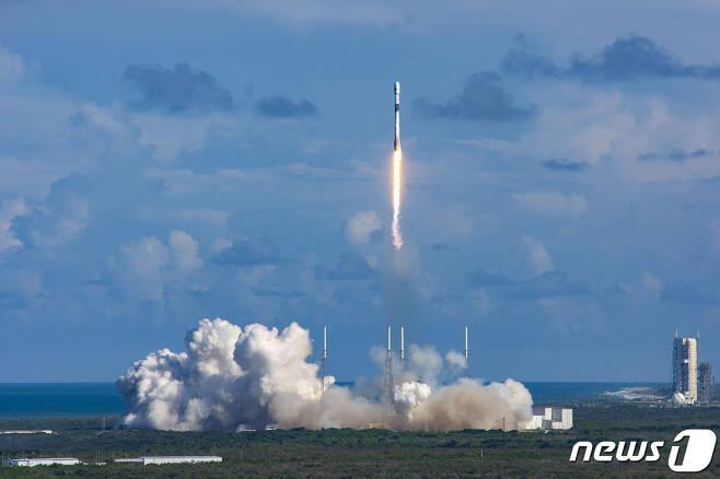 미국 케이프 커내버럴 공군기지 케네디 우주센터에서  아나시스 2호가 발사되고 있다. (방위사업청 제공) 2020.7.21/뉴스1