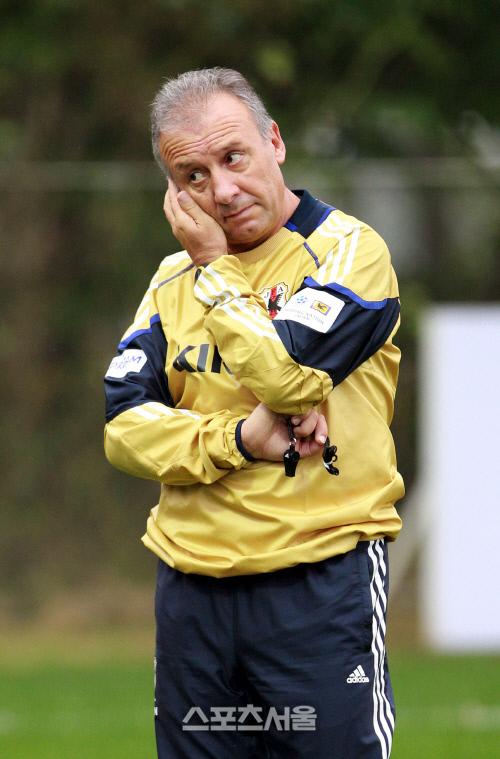 지난 2010년 일본 국가대표 감독 시절 알베르토 자케로니 감독의 모습. 박진업기자