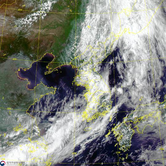 20일 장마전선의 영향으로 한반도 전역이 비구름대에 휩싸여 있다.  기상청 제공