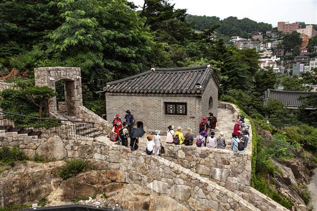 서울미래유산으로 지정된 석파랑 정문 앞에서 참가자들이 해설을 듣고 있다.