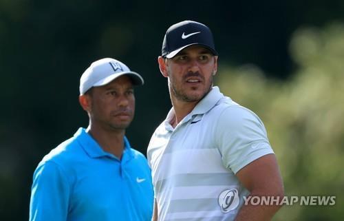 타이거 우즈(왼쪽)와 함께 경기하는 켑카. [AFP=연합뉴스]