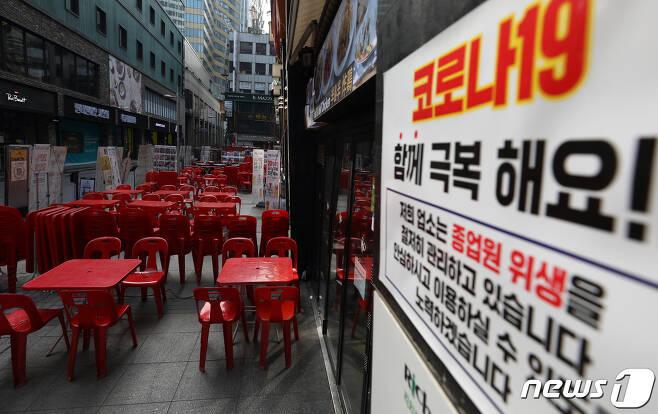 신종 코로나바이러스 감염증(코로나19) 여파로 휴업·폐업하는 매장들이 늘어가는 가운데 31일 오후 중구 명동 음식점에 테이블이 놓여져있다. 2020.3.31/뉴스1 © News1 황기선 기자