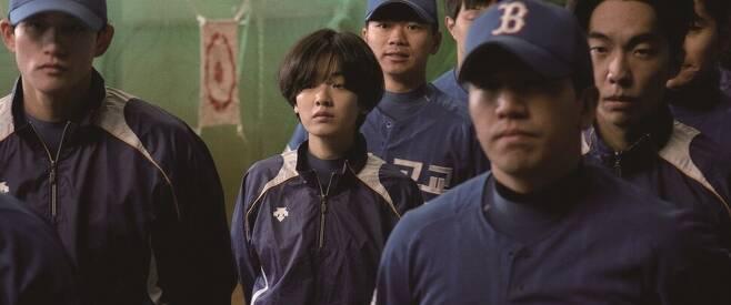 6월18일 개봉한 영화 <야구소녀>에도 K-장녀 서사가 등장한다. 주인공은 '천재 야구소녀'지만 어려운 집안의 장녀라는 현실에 부딪혀 야구를 포기해야 할 위기에 놓인다. 싸이더스 제공