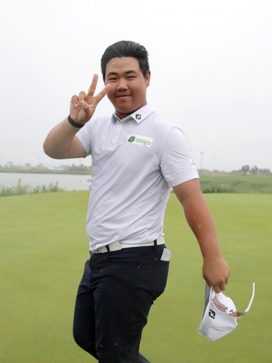 한국 남자골프 '10대 돌풍' 주역 김주형이 4대 메이저대회의 하나인 미 PGA챔피언십 출전을 위해 21일 출국했다. 사진은 군산오픈에서 국내 역대 최연소로 우승한 모습.  [KPGA 제공]