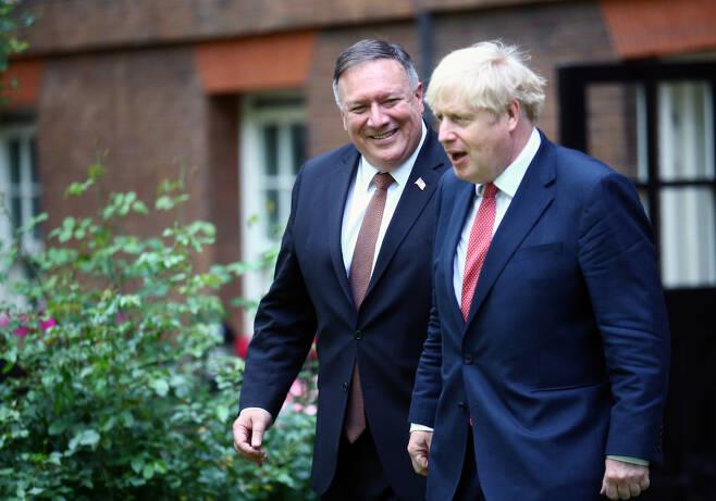 21일(현지시간) 영국 런던 다우닝가 10번지 총리관저에서 회동을 하고 있는 마이크 폼페이오 미국 국무장관(왼쪽)과 보리스 존슨 영국 총리의 모습 [로이터]