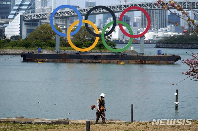 """[오다이바=AP/뉴시스] 지난 16일 일본 도쿄 오다이바에 설치된 오륜기 조형물의 모습. CNN에 따르면 20일 이와타 겐타로(岩田健太郞) 고베(神戶) 대학병원 감염증 내과 교수는 온라인 기자회견을 열고 """"내년에 올림픽 개최 여부도 불투명하다""""고 말했다. 2020.4.20."""