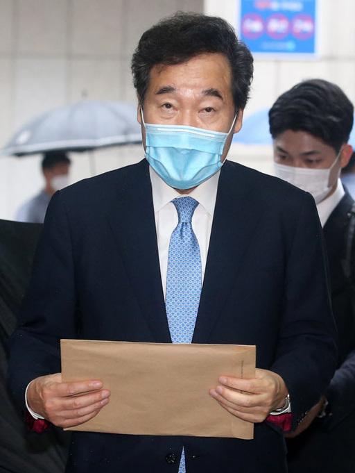 더불어민주당 이낙연 의원이 20일 오전 서울 여의도 더불어민주당 당사에서 당 대표 후보자 등록 서류를 들고 건물에 들어서고 있다. 연합뉴스