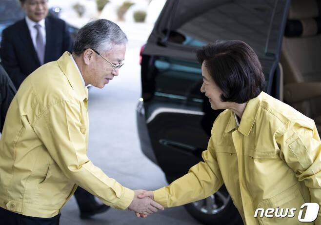 추미애 법무부 장관(오른쪽)과 김영대 서울고검장. 2020.2.6/뉴스1 © News1 구윤성 기자