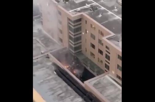 불길과 연기가 보이는 중국 영사관 내부 모습 [트위터 갈무리·재판매 및 DB 금지]
