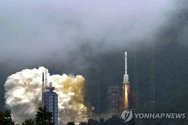 중국 55호 GPS위성 싣고 이륙하는 창정 3B 로켓 (시창 신화=연합뉴스) 중국의 베이더우 3G3O3 위성항법장치(GPS) 위성을 실은 창정 3B로켓이 쓰촨성 시창 위성발사센터를 이륙하고 있다. 중국이 미국에 대항해 추진하는 베이더우 시스템을 완성할 마지막 위성에 해당한다. jsmoon@yna.co.kr