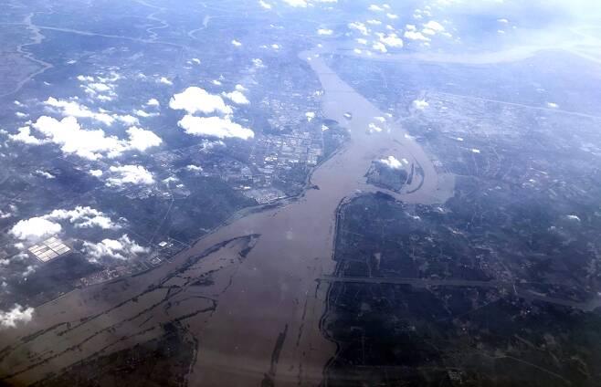 하늘에서 본 중국 창장 (상하이=연합뉴스) 차대운 특파원 = 22일 중국에서 가장 긴 강인 창장이 흘러가고 있다. 2020.7.23   cha@yna.co.kr  (끝)