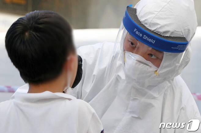 코로나19 검체 채취하는 광주 북구 직원. /뉴스1 © News1 황희규 기자