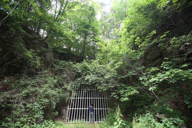 우구치리 도래기재 주변 1920~30년 일본인들이 뚫은 금정수도. 당시 우구치리 금광에서 채굴한 광물을 수송한 터널로 전해진다. 김선식 기자