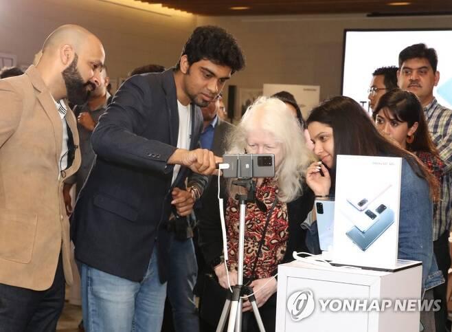 갤럭시S20 인도 출시 인도 구루그람에서 진행된 '갤럭시 S20' 론칭 행사에서 고객들이 제품을 체험하고 있는 모습. 2020.3.6 [삼성전자 제공. 재판매 및 DB 금지] photo@yna.co.kr